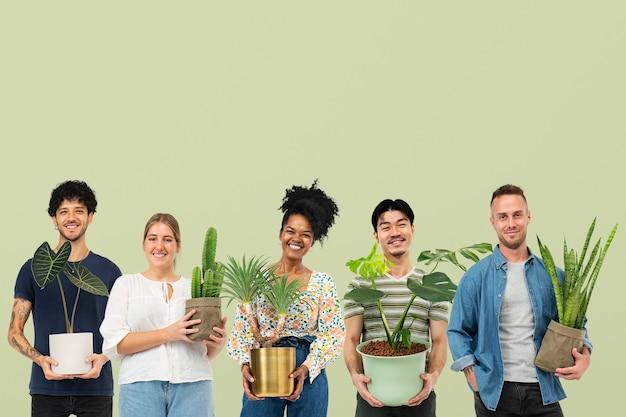 Blije plantenliefhebbers die hun potplanten vasthouden