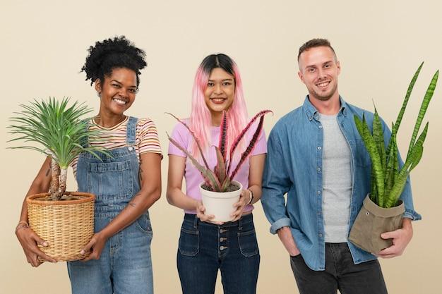 Blije plantenouders die hun potplanten vasthouden