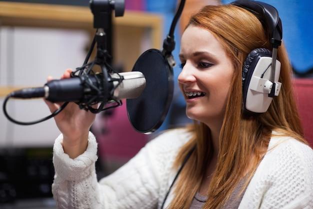 Blije radio-gastheer die spreekt