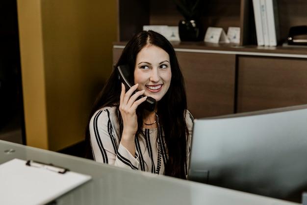Blije receptioniste aan de telefoon