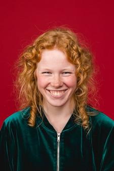 Blije roodharige jonge vrouw toothy glimlachend