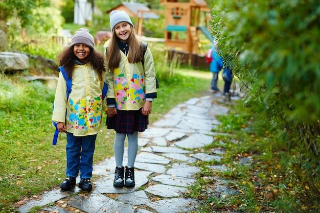 Blije schoolmeisjes