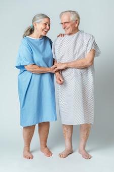 Blije senioren die elkaar steunen tijdens de uitbraak van het coronavirus