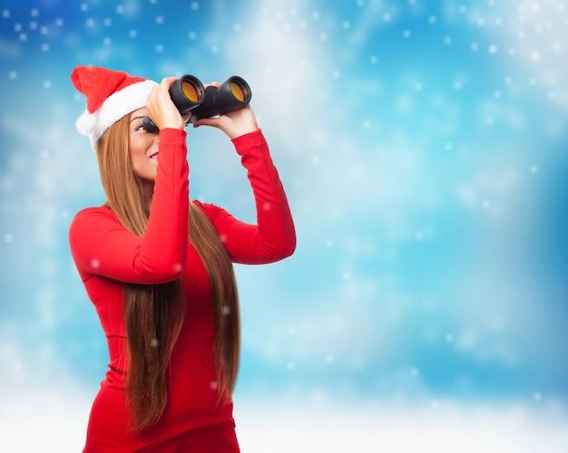 Blije spion met kerst achtergrond