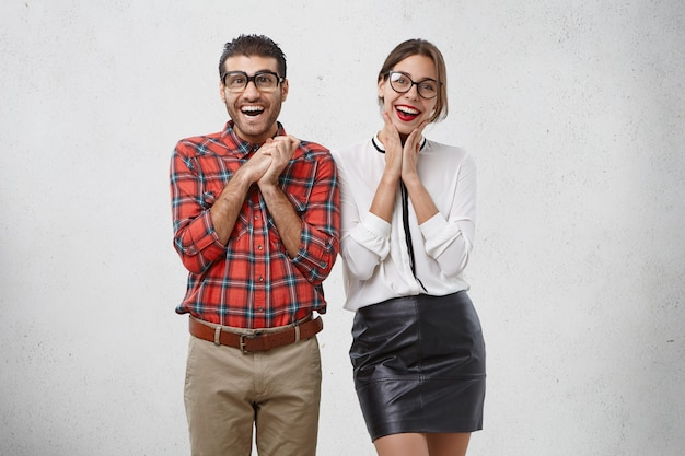 Blije succesvolle zakenmensen in formele kleding verheugen zich over het toenemende aantal verkopen, zien er heerlijk uit