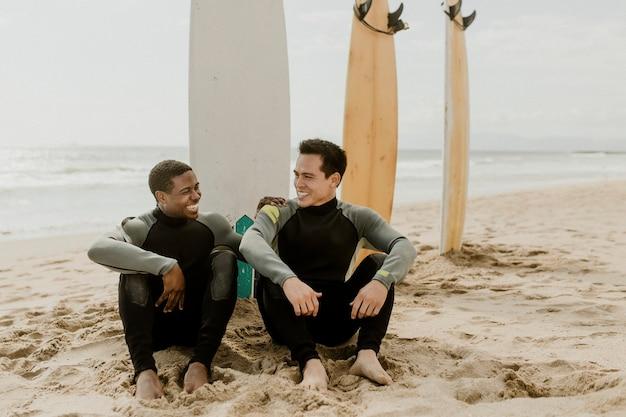 Blije surfers op het strand