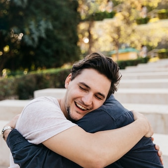 Blije vader en zoon knuffelen