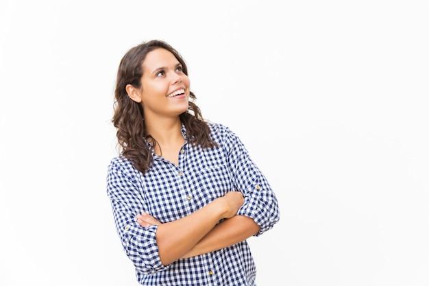 Blije verraste vrouwelijke klant die omhoog bij exemplaarruimte staren
