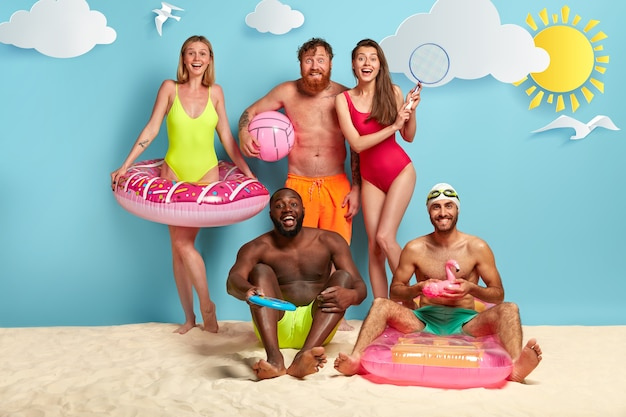 Blije vrienden die genieten van een dag op het strand