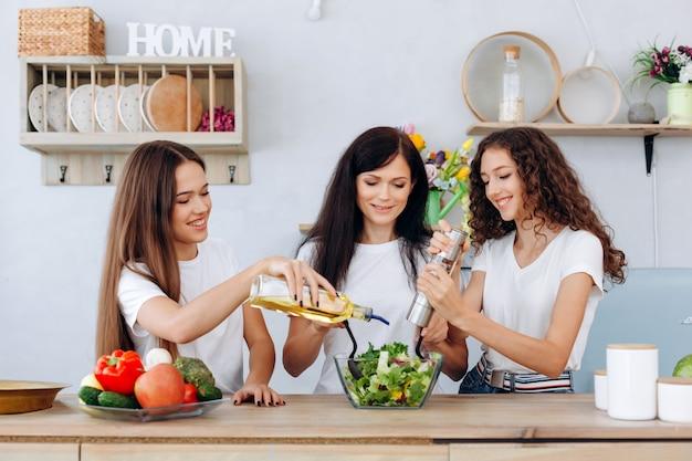 Blije vrouwen bereiden samen een heerlijk, gezond diner