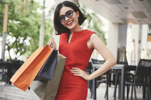 Blije winkelende vrouw
