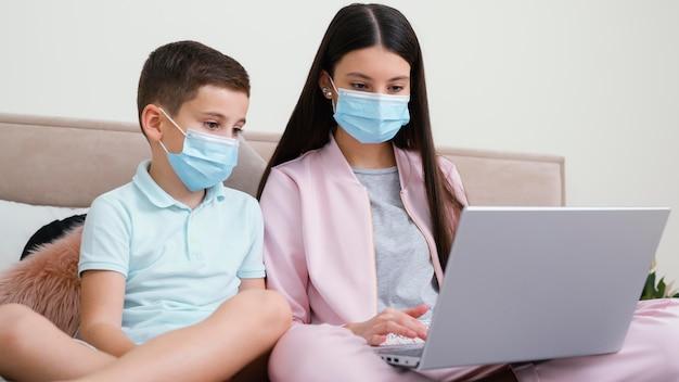 Blijf binnen, vrouw en kind met medische maskers