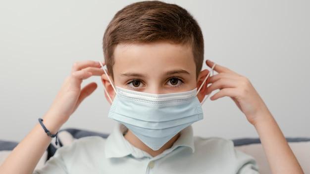 Blijf binnenshuis kind met medisch masker