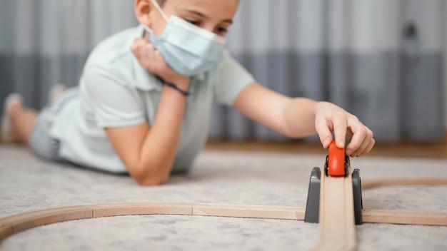 Blijf binnenshuis kind spelen met speelgoed