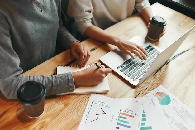 Blijf samenwerken zakenvrouwen vergaderen in een modern café