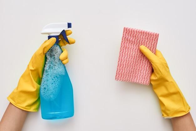 Blijf schoonmaken. spray fles en doek in menselijke handen geïsoleerd