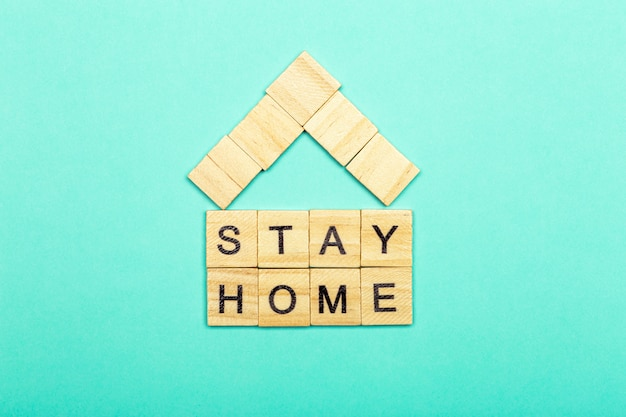 Blijf thuis, blijf veilig concept. quarantaine tegen coronavirus covid-19 in de wereld met een oproep om thuis te blijven en te werken