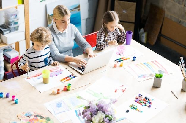 Blijf thuis moeder met twee kinderen