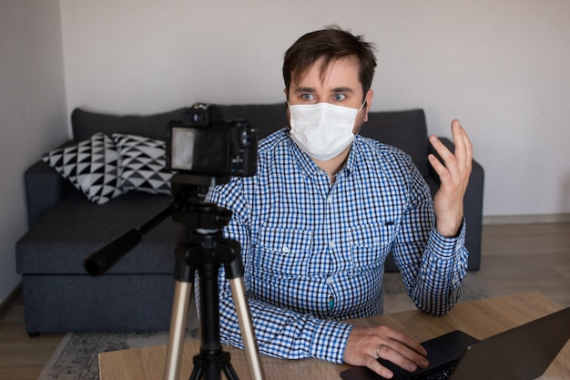 Blijf thuis, videoblogger die vanuit huis werkt en live-video-uitzendingen maakt