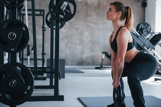 Blijf vasthouden. prachtige blonde vrouw in de sportschool tijdens haar weekend