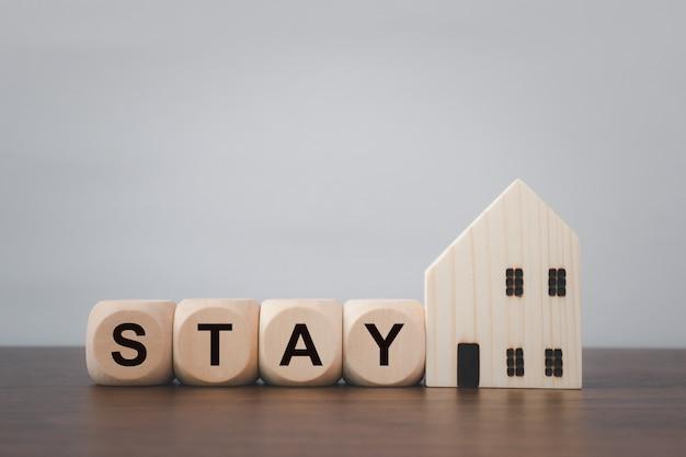 Blijf veilig thuis. bericht op houten dobbelstenen. coronavirus-uitbraak (covid 19)