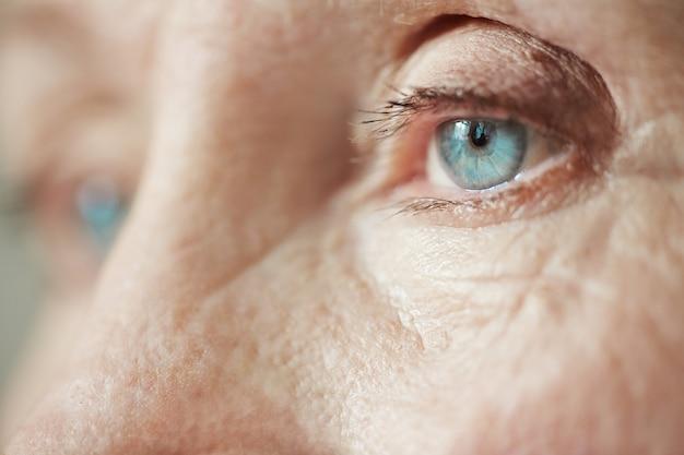 Blik van oude eenzame vrouw