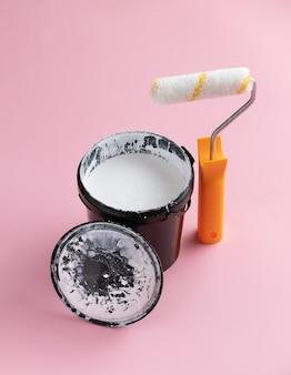 Blikje witte verf en een roller. creatief huis renovatie concept.