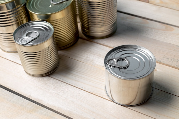 Blikjes voor voedsel op houten tafel