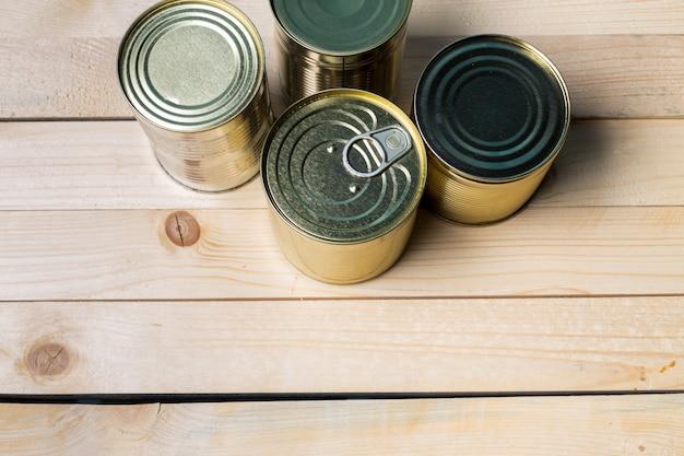 Blikjes voor voedsel op houten