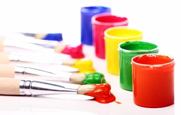 Blikken met kleurrijke verf