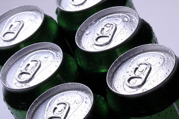 Blikken met koud drankje