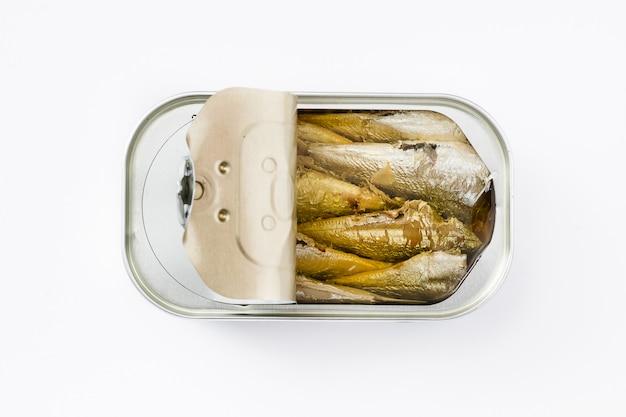 Blikken sardines op wit worden geïsoleerd dat