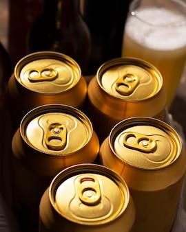 Blikken verfrissend bier met een hoge hoek