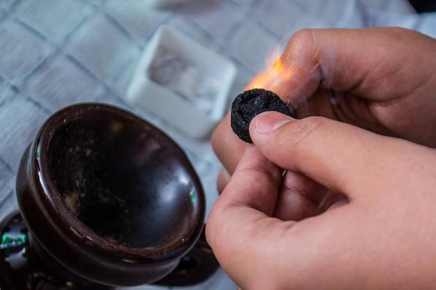 Bliksem de ortodox cresset met aansteker en klein stukje steenkool
