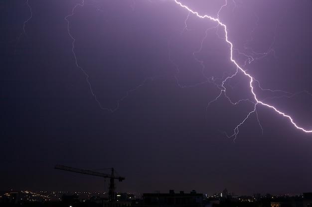 Bliksem en onweer op de nachtelijke hemel.