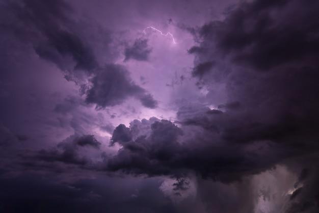 Bliksem en regenwolken 's nachts
