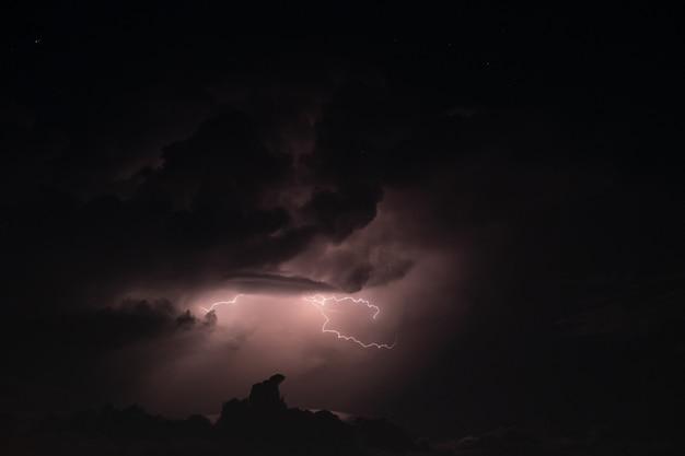 Bliksem in de regenbui 's nachts