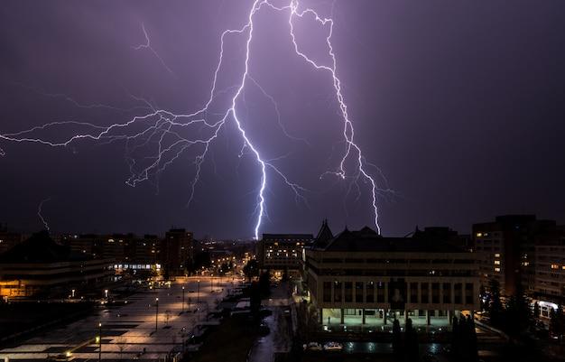 Bliksem over de stad. onweer en bliksem over de stad.
