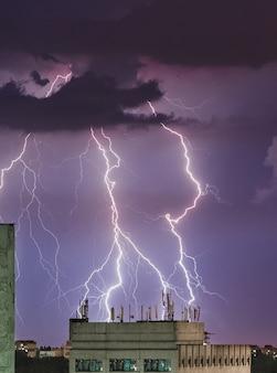 Bliksem storm over de stad, donderbolt