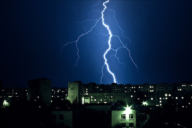 Blikseminslag en bliksemnacht onweer over de gebouwen