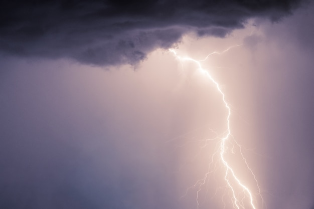 Bliksemschichten en blikseminslagen bij zomerstorm