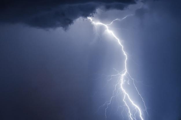 Bliksemschichten en donder gewaagde stike bij zomerstorm