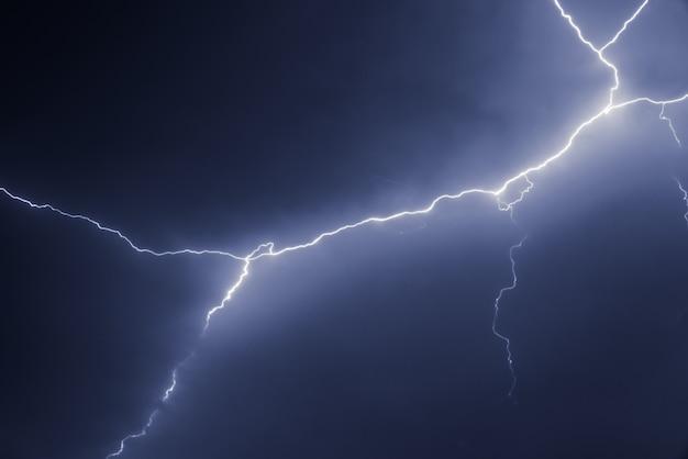 Bliksemschichten en donder staken gedurfd bij zomerstorm