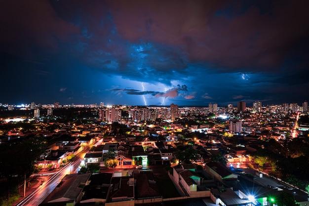 Bliksemstorm boven de stad ribeirao preto in brazilië. donder blauw licht op een afbeelding van het concept van de zomernacht.