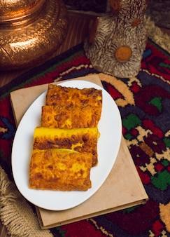 Blinchik, pannenkoeken gevuld, gevuld met vleesaardappelen en andere groenten en ingepakt