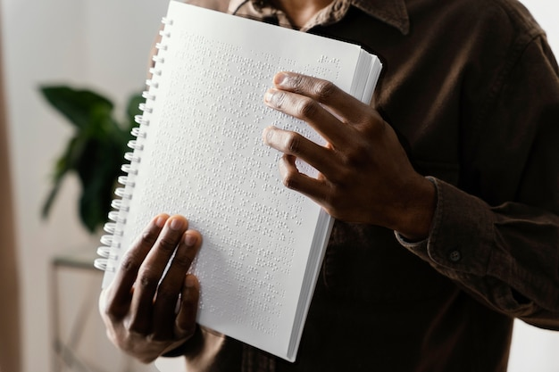 Blinde braille lezen met handen