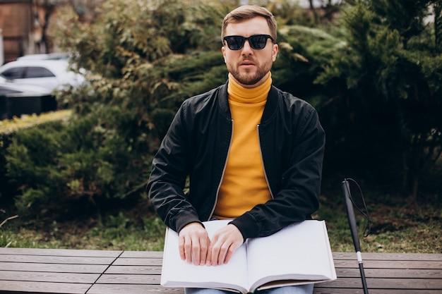 Blinde man lezen door brailleboek aan te raken