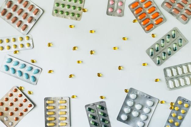 Blisterverpakkingen met gekleurde pillen op witte achtergrond. bovenaanzicht. plat leggen. . hoge kwaliteit foto