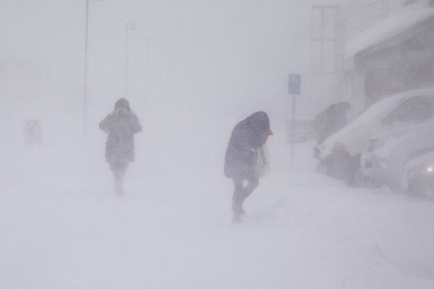Blizzard in longyearbyen. mensen in sneeuwval. abstracte wazig winterweer achtergrond