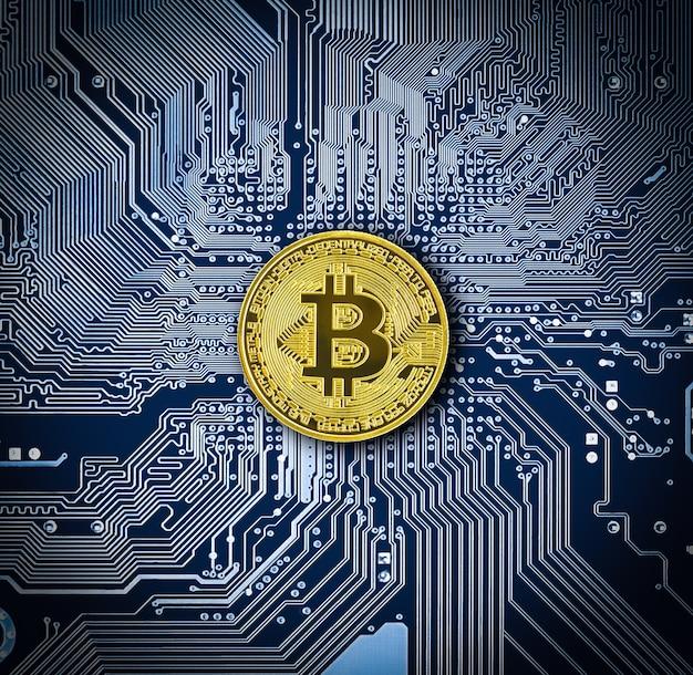 Blockchain technologie bitcoin mining concept. cryptocurrency bitcoin munt op blauwe printplaat